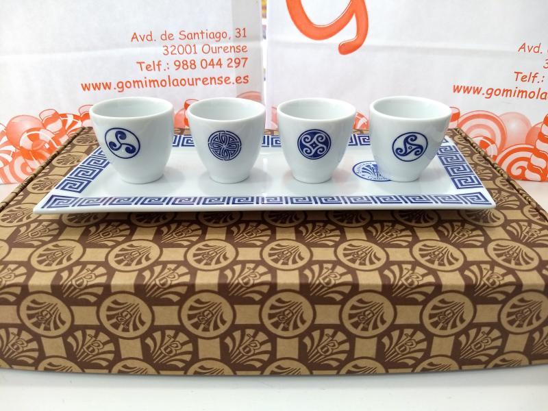 Bandeja con vasitos de chupito de porcelana