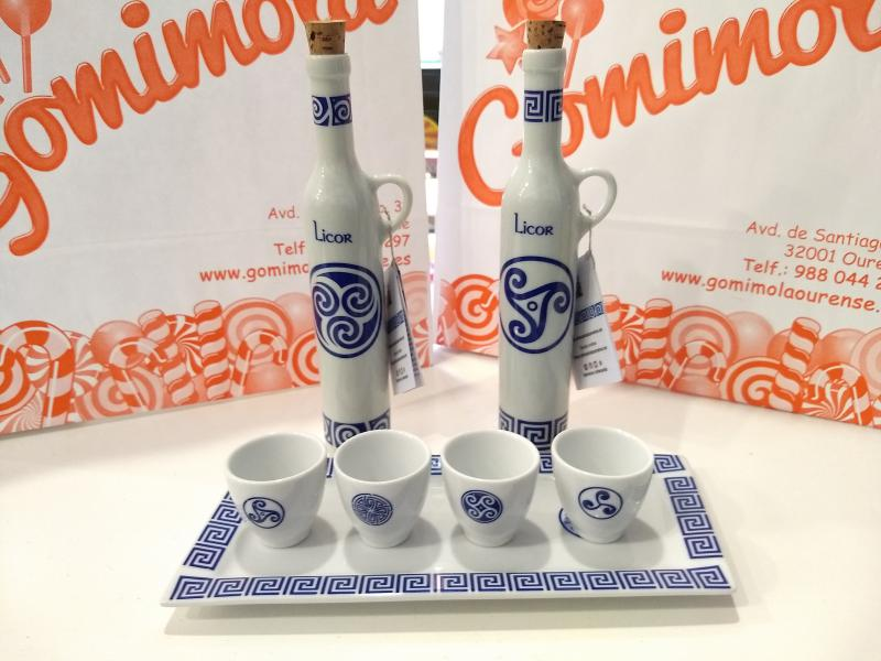 Licoreras y bandeja con vasos en porcelana