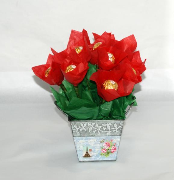 Maceta con flores de bombon ferrero