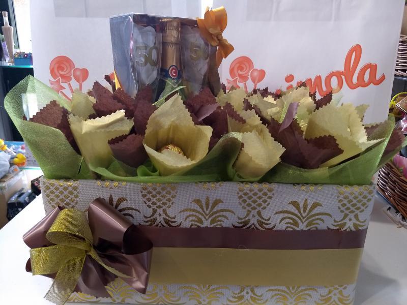 Caja con flores de ferrero y regalo bodas de oro.