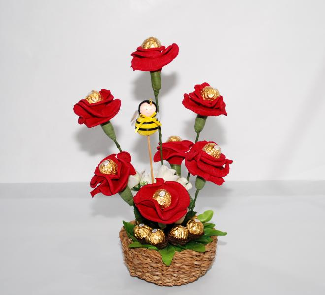 Centro bombones y flores ferrero