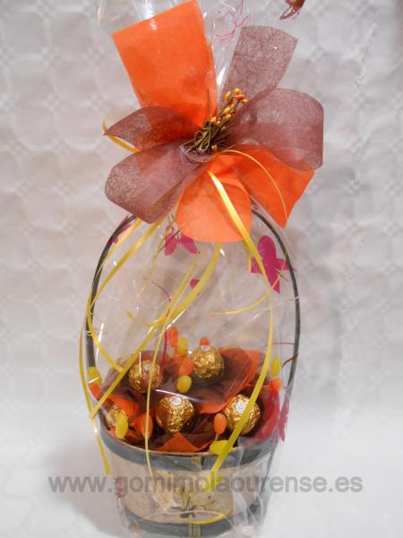 Cesta madera con flores bombones ferrero