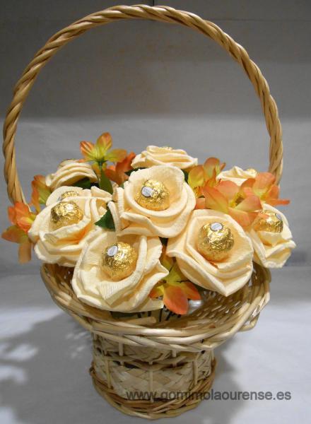 Cesta mimbre con flores de bombones ferrero