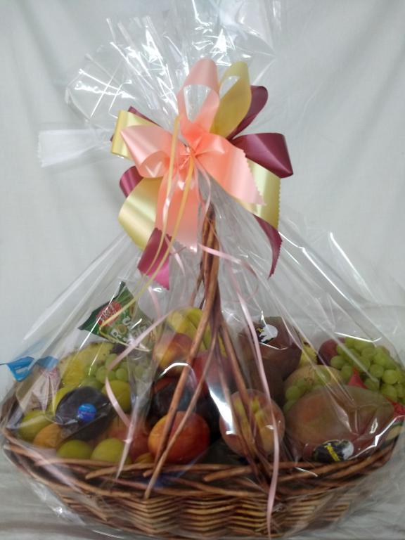 Cesta regalo frutas y aperitivos